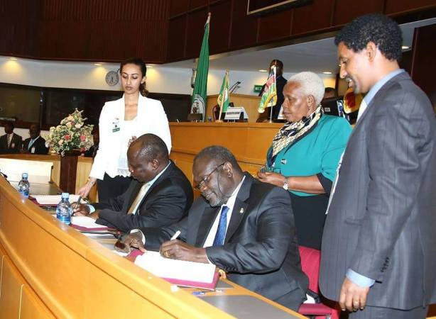 Riek Machar and Pagan Amum signing the IGAD peace deal