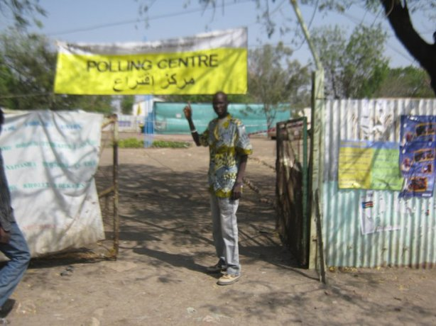 Ariik Atekdit @ the Referendum polling station in Malakal 2011.jpg